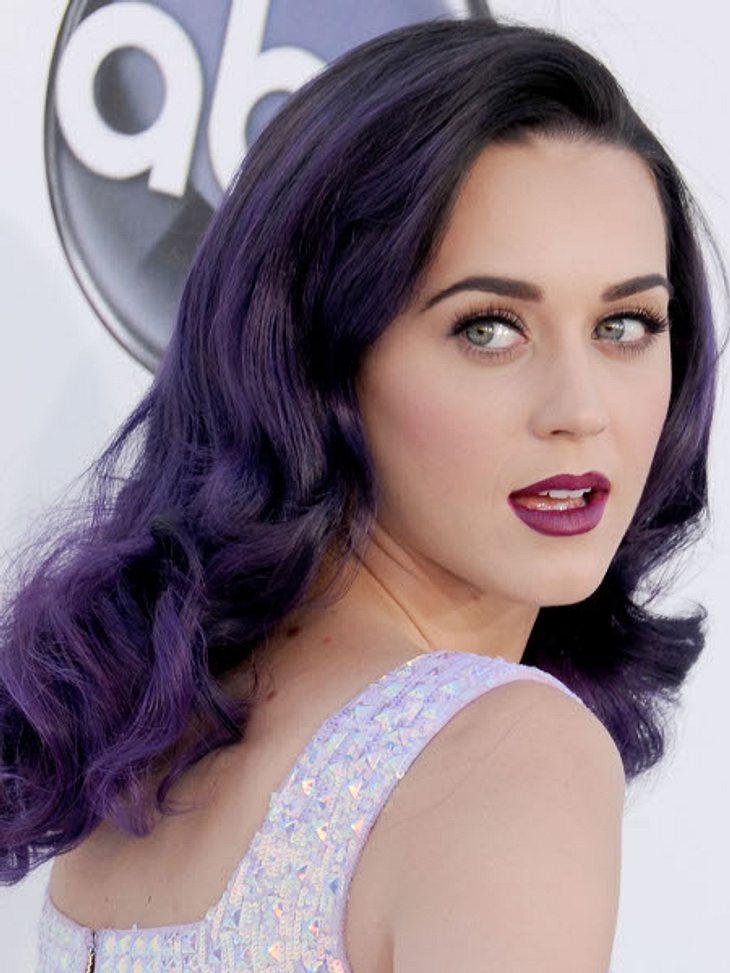 """So heißen Promis wirklich!In der High School versuchte sich Katheryn Elizabeth Hudson unter dem Namen """"Katy Hudson"""" als Sängerin und veröffentlichte ein Album, das aber floppte. Jahre später wählte die heute 27-Jährige den Mädchen"""