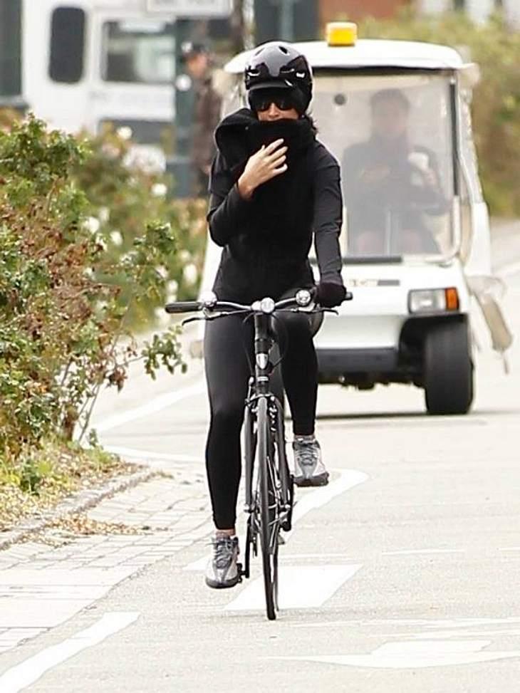 ,Fitness-Check: Die liebsten Sport-Arten der StarsWer ist wohl die vermummte Radfahrerin, die bei ihrer regelmäßigen Fitness-Tour nicht erkannt werden will? Ja -  Katy Perry fährt gerne Rad.