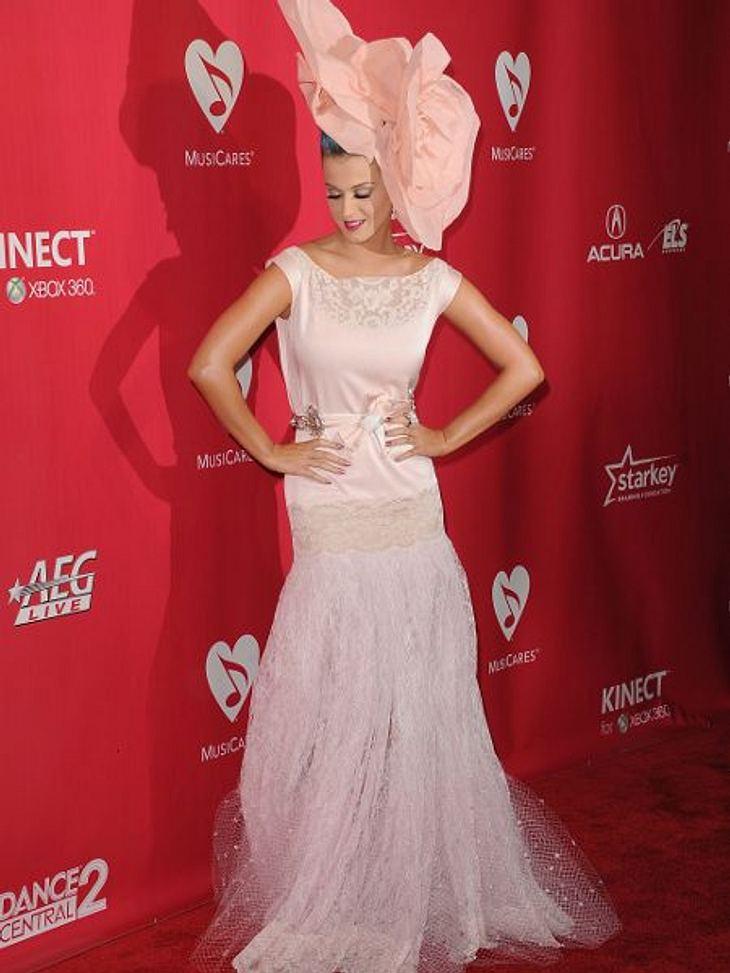 """Katy Perry - Ihr neuer LookKaty Perry kann aber auch dramatisch. Mit riesigem Blumenhut kam sie zum """"MusiCares""""-Event. Da musste es dann auch keine Knallfarbe sein."""