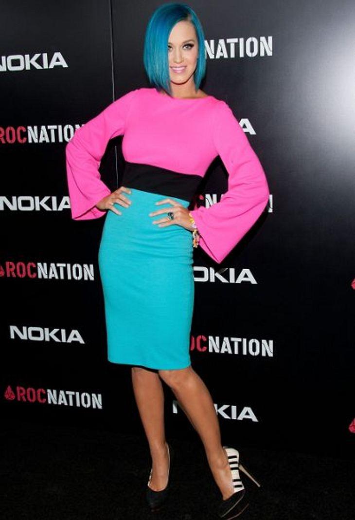 Katy Perry - ihr neuer LookColourblocking extrem mit Klaviertasten-Motiv auf den Schuhen. Da fällt der blaue Bob kaum auf.