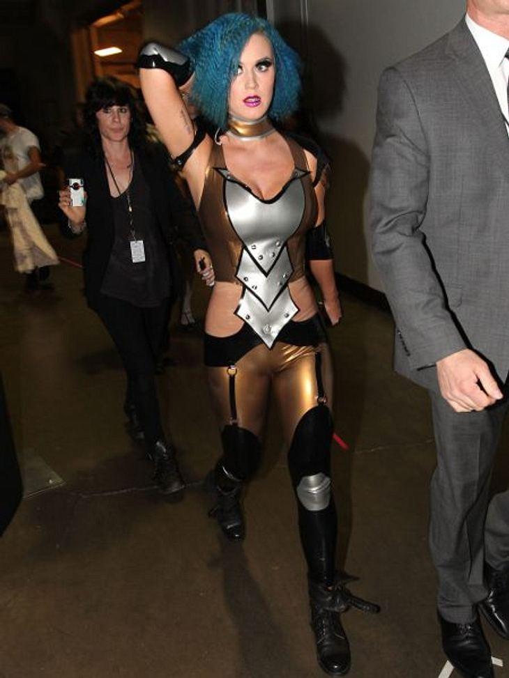 Katy Perry - ihr neuer LookIm Latex-Outfit einer wilden Amazone heizte Katy Perry bei den Grammys ihren Fans ein.