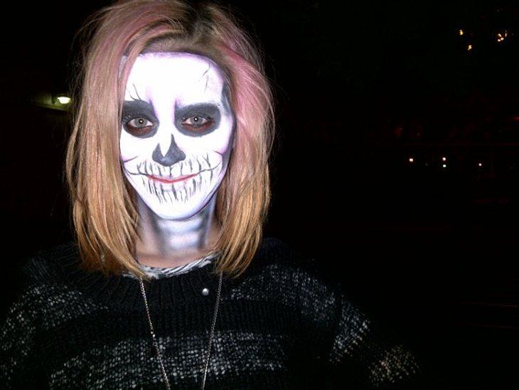 """Huch? Wer ist das denn? Kaum zu erkennen aber wahr: Unter diesen Schichten von Horror-Schminke versteckt sich Katy Perry! Ist das das Probeschminken für ihr Halloweenkostüm dieses Jahr?Auf Twitter postete sie das Bild und fragte: """"Seid"""