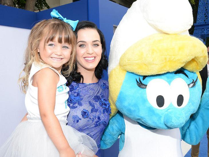 Bei so vielen Kindern wollte auch Katy Perry nicht nachstehen und posierte mit Mädchen und Schlumpfine.