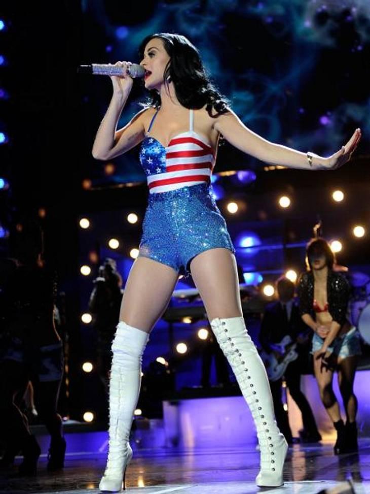Die Promis stehen auf Stars and StripesEtwas glamouröser stylt hingegen Katy Perry (27) den Streifen und Sterne-Look. Bustier-Top, Hotpants und Overknee-Stiefel ergeben ein waschechtes Diva-Outfit für die Bühne.