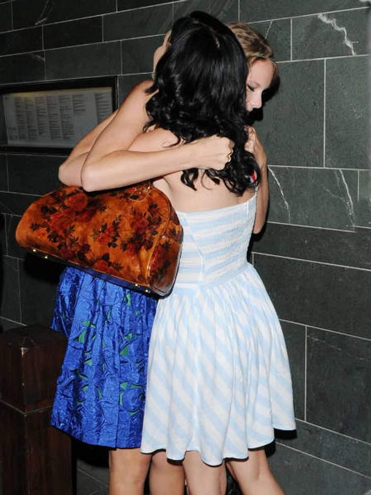 VIP-Kuscheln: Diese Stars haben sich liebDas ist wahre Freundschaft: Katy Perry und Taylor Swift umarmen sich noch einmal kräftig, bevor sie sich trennen müssen. Denn dieser Herzlichkeit ging ein gemeinsames Dinner voraus.