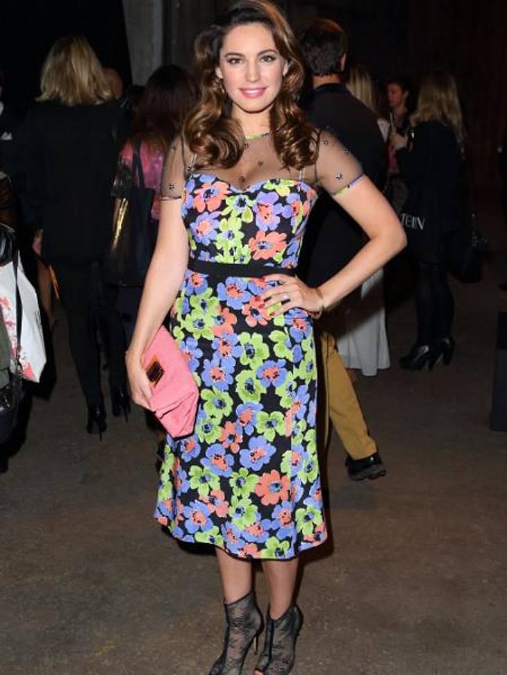 Mustergültig! Die Stars lieben jetzt bunte Print-KleiderFlower-Power: Kelly Brook kriegt in dieser Saison offenbar gar nicht genug von Outfits mit Leuchteffekt.