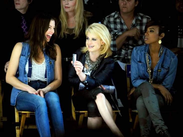 Kelly Osbourne und Liv Tyler albern bei der G-Star-Show rum.