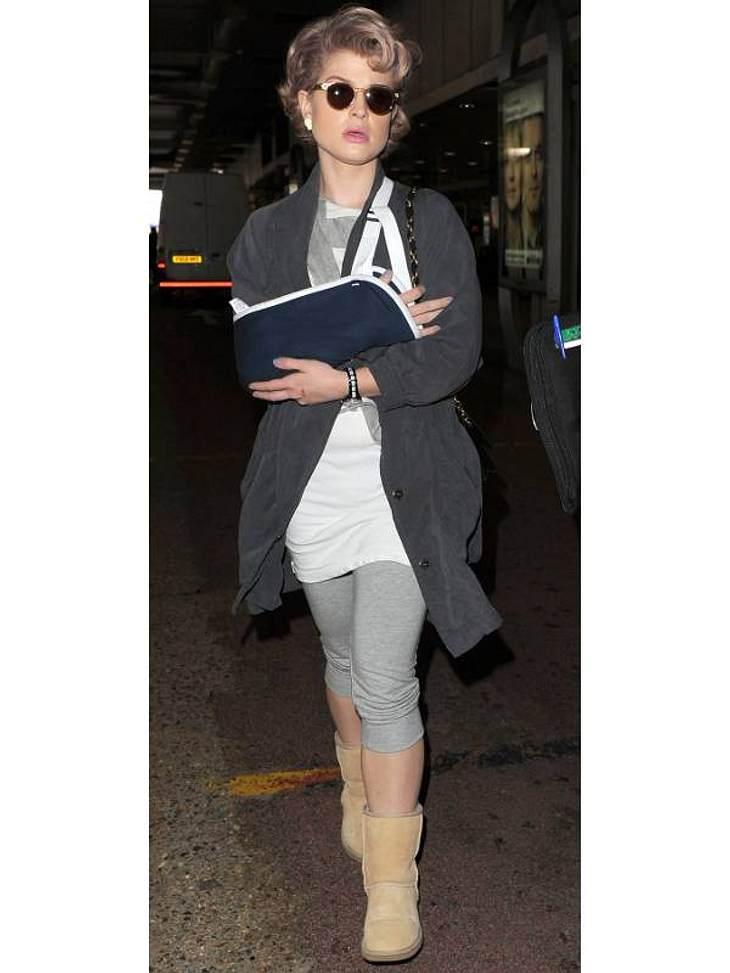 Kelly Osbourne wählt mit gebrochenem Arm lieber bequeme Schuhe - UGGs eben.
