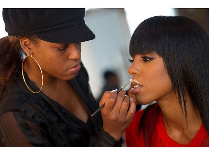 Kelly Rowland hat keinen neuen Trend entdeckt. Sie lässt sich gerade für eine Milch-Werbekampagne schminken, für die schon viele Stars mit Glas und Milchbart vor der Kamera gestanden haben. Hier ist nur der Beweis, dass der Milchbart eben n