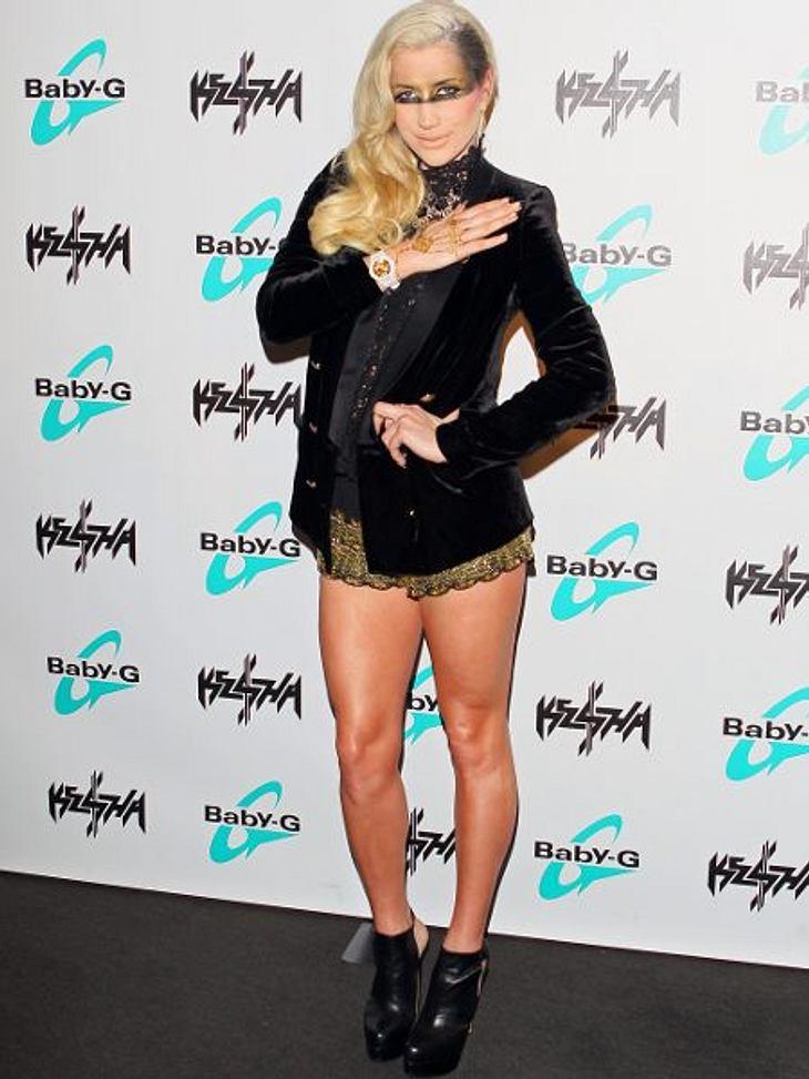 Klau den Look der Stars: Partykleider-SpecialEtwas unkonventioneller geht man zur Weihnachtsparty, wenn man sich von Kesha inspirieren lässt. Samtblazer, Spitzenbluse und goldene Shorts sind festlich und sexy.