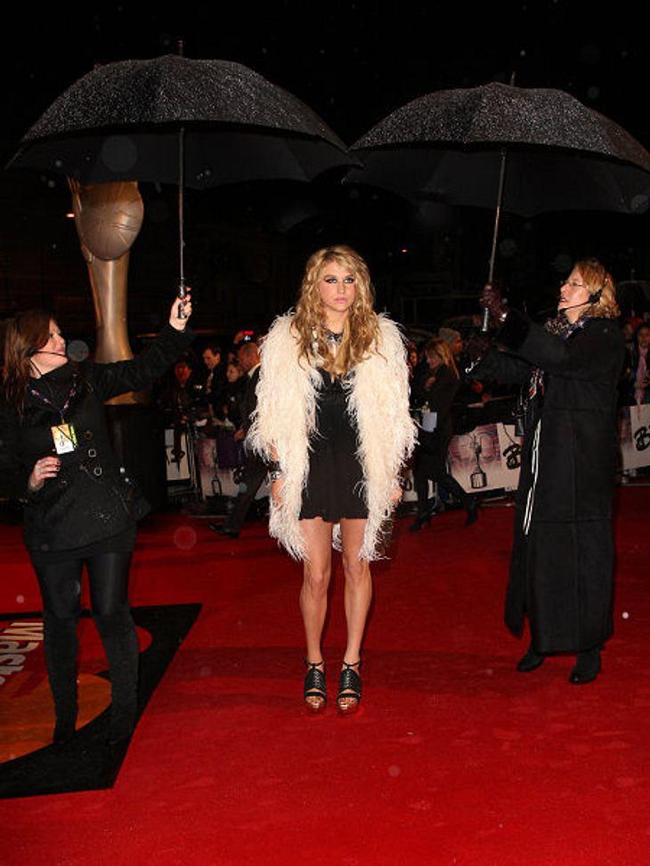 Stars und ihre Regenschirm-HalterKesha reicht ein Regenschirm nicht, sie braucht natürlich gleich zwei. Ob sie an dieser Stelle jedoch so günstig steht, bezweifeln wir.