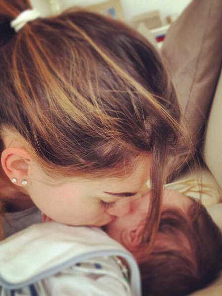 Die Verlobte von Kevin-Prince Boateng küsst den gemeinsamen Sohn.