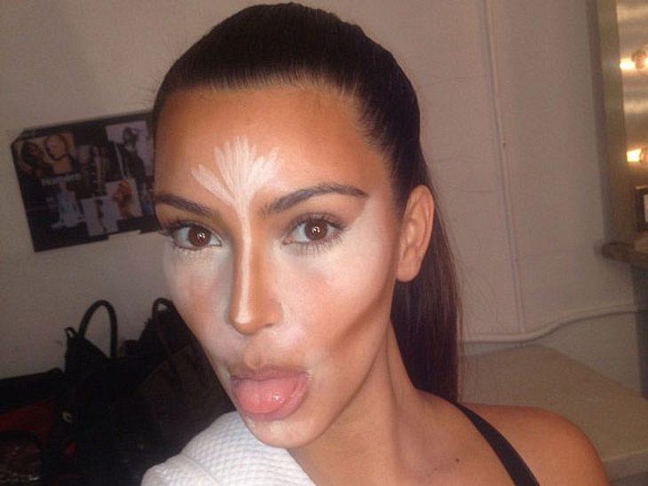 Kim Kardashian (31) trägt ziemlich dick auf: Via Twitter verriet sie jetzt ihre besten Schminktipps - und dazu gehört offenbar jede Menge Concealer...