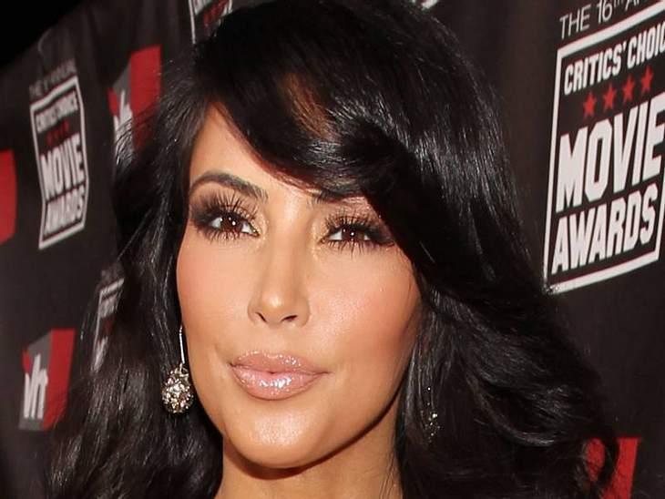 Lippen aufspritzen: Star-Schnuten vom Schönheits-DocRichtig schön sehen die gepimpten Lippen von  Kim Kardashian aus. Die Adresse ihres Arztes sollten sich ein paar Kolleginnen mal geben lassen.