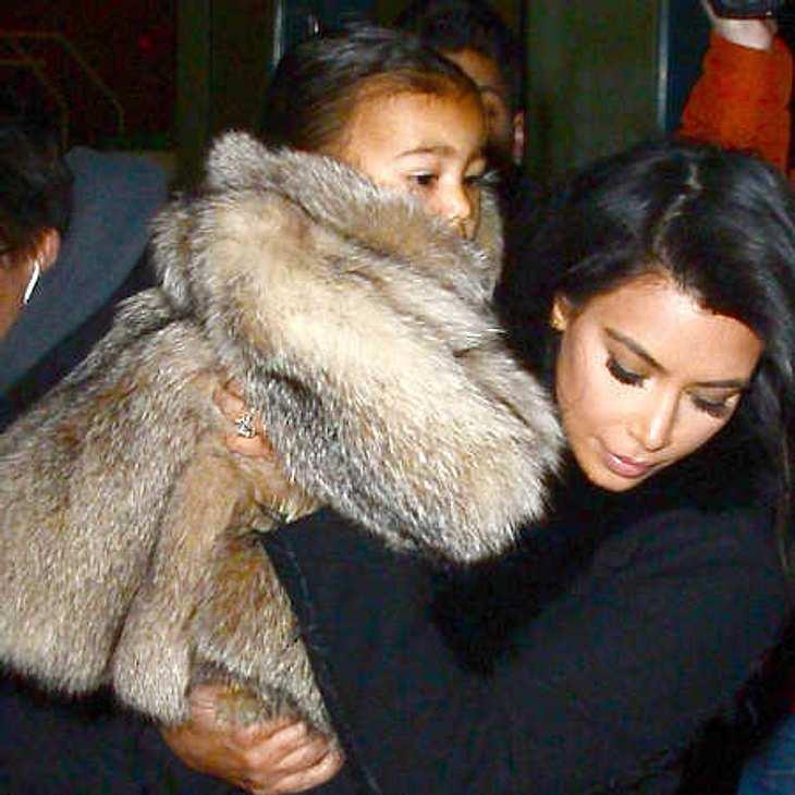 Kim Kardashian steckt Töchterchen North West in Pelz-Mantel!