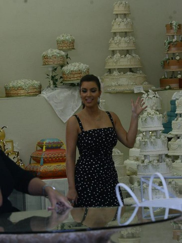 Stars ♥ Torte!Ein Torten-Fan im Torten-Geschäft. Für ihre Hochzeitstorte hat Kim Kardashian (31) 20.000 Dollar ausgegeben. Die Kalorien waren noch nicht annähernd abtrainiert, da war die Ehe auch schon vorbei.