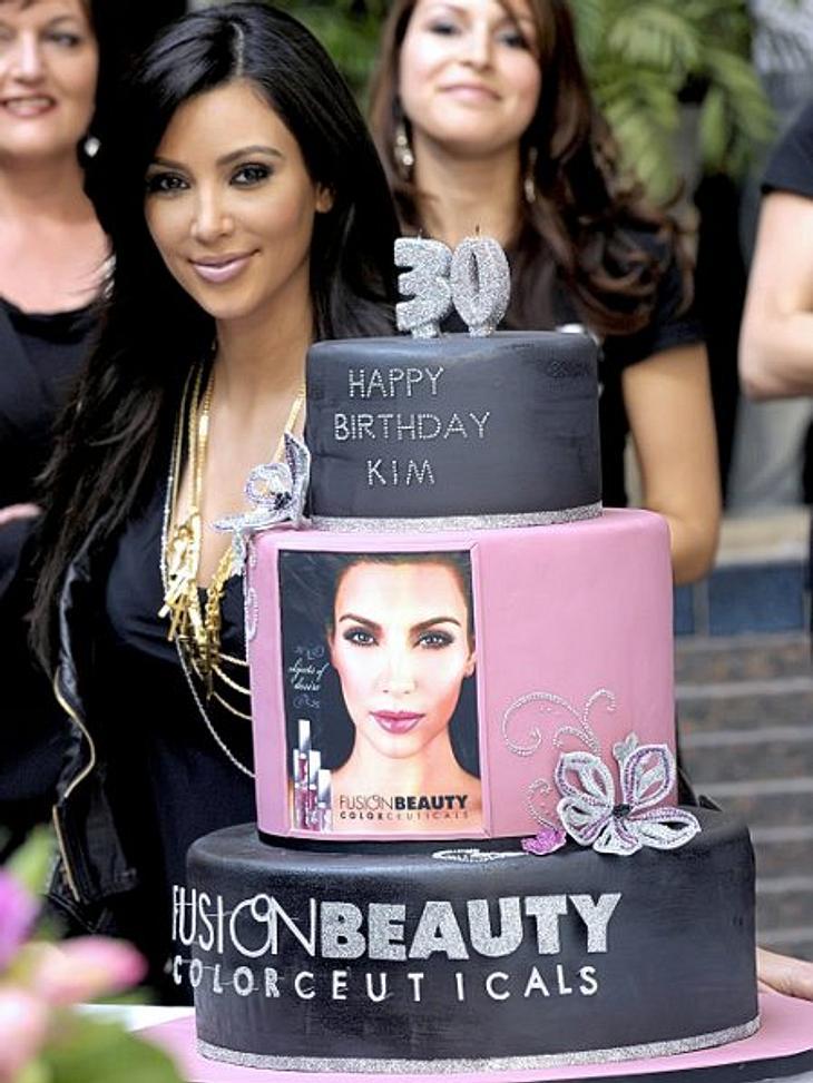 Stars ♥ Torte!Mit so einer Torte erträgt man gerne den 30. Geburtstag. Und wenn dann auch noch das eigene Foto auf der Torte ist - umso besser! Kim Kardashian (31) ist neben diesem süßen Traum mal nicht der Mittelpunkt ihrer kleinen Welt.