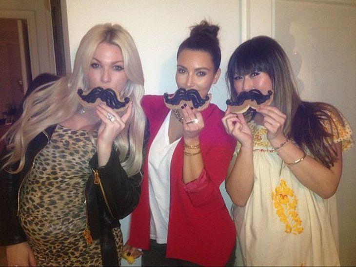 Die Twitter-Fotos der StarsWer hat den Längsten? Kim Kardashian (31) mit Freundinnen beim Schnurrbart-Vergleich