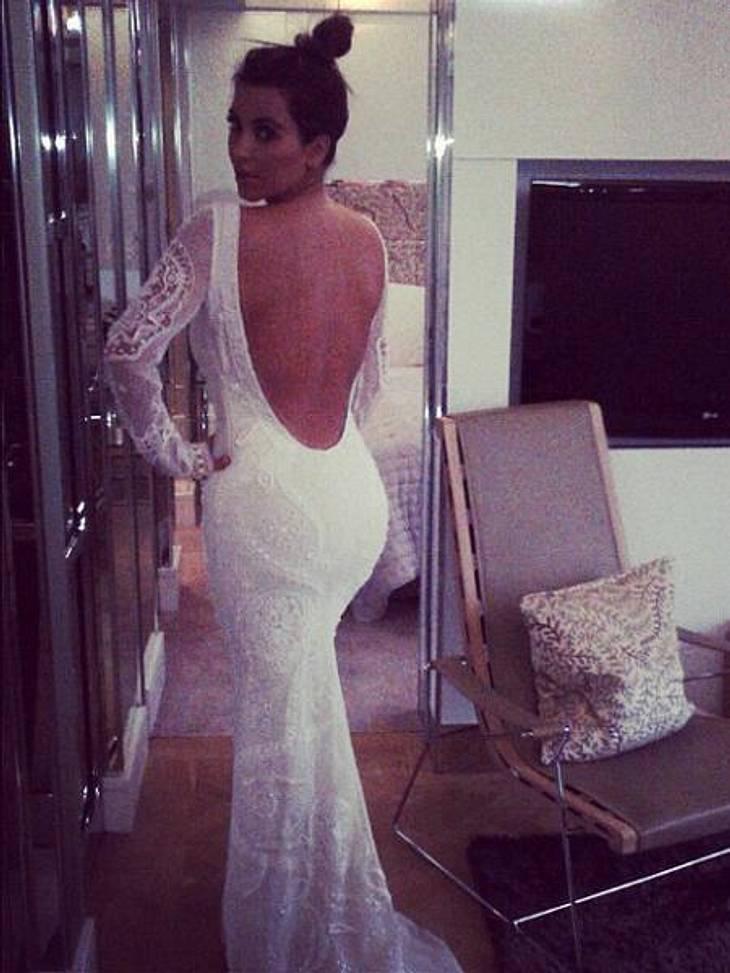 Die besten Twitter-Bilder der Stars im August3Läuten womöglich bald die Hochzeitsglocken? Kim Kardashian (31) probiert schon mal ein Outfit an, das verdächtig nach Brautkleid aussieht.