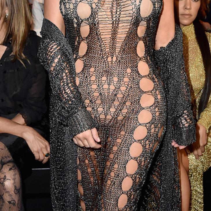 Sogar im Schritt ist Kim Kardashians Kleid voller Löcher