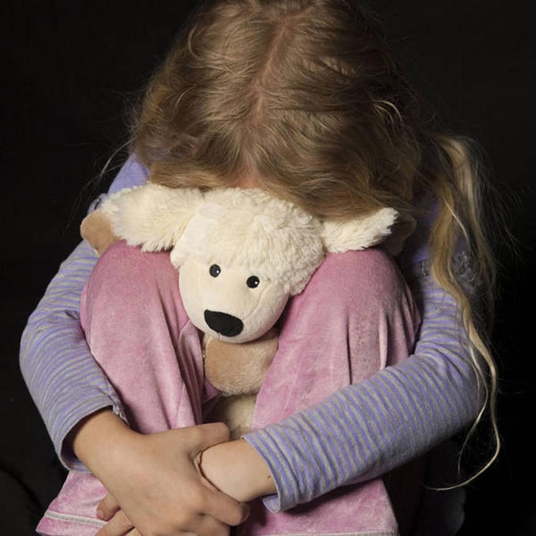 Man missbraucht Stieftochter (Symbolbild)