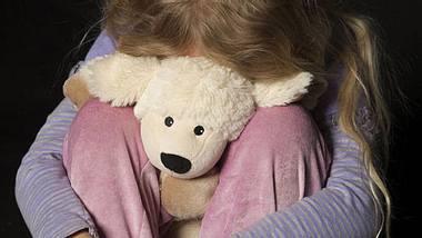 Man missbraucht Stieftochter (Symbolbild) - Foto: imago