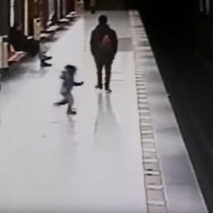 Schock-Moment: Kind (2) stürzt ins Gleis!