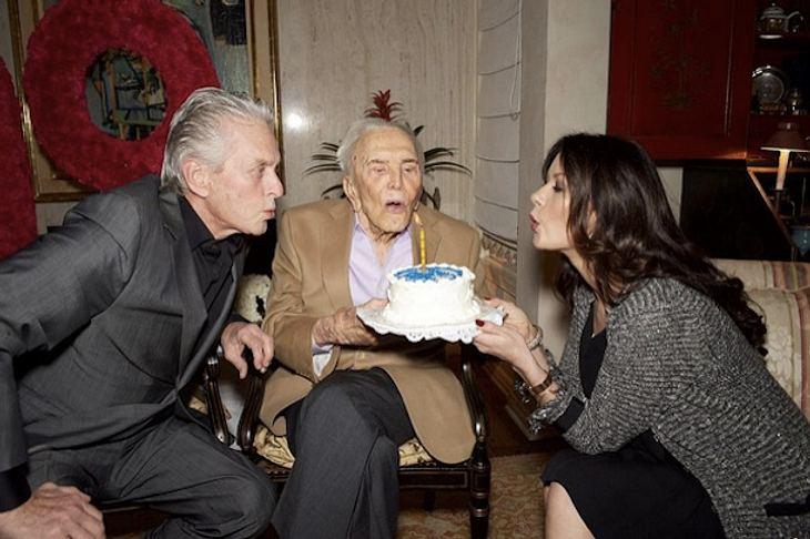 Kirk Douglas feiert mit Michael Douglas und Catherine Zeta Jones
