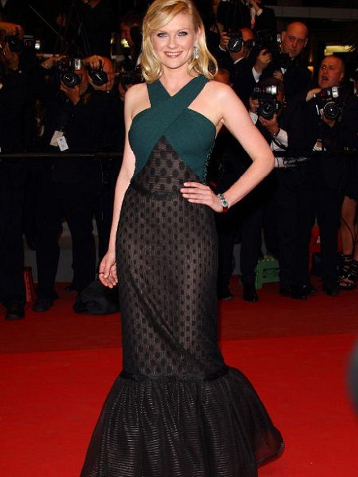 """Zwei Stars, ein Kleid: Diese Stars tragen die gleichen Klamotten!Der Look von Kirsten Dunst:  Die Schauspielerin hat das Problem, dass verspielte Elemente, wie Punkte, sie schnell mädchenhaft aussehen lassen. Trotzdem steht ihr das """"Ro"""