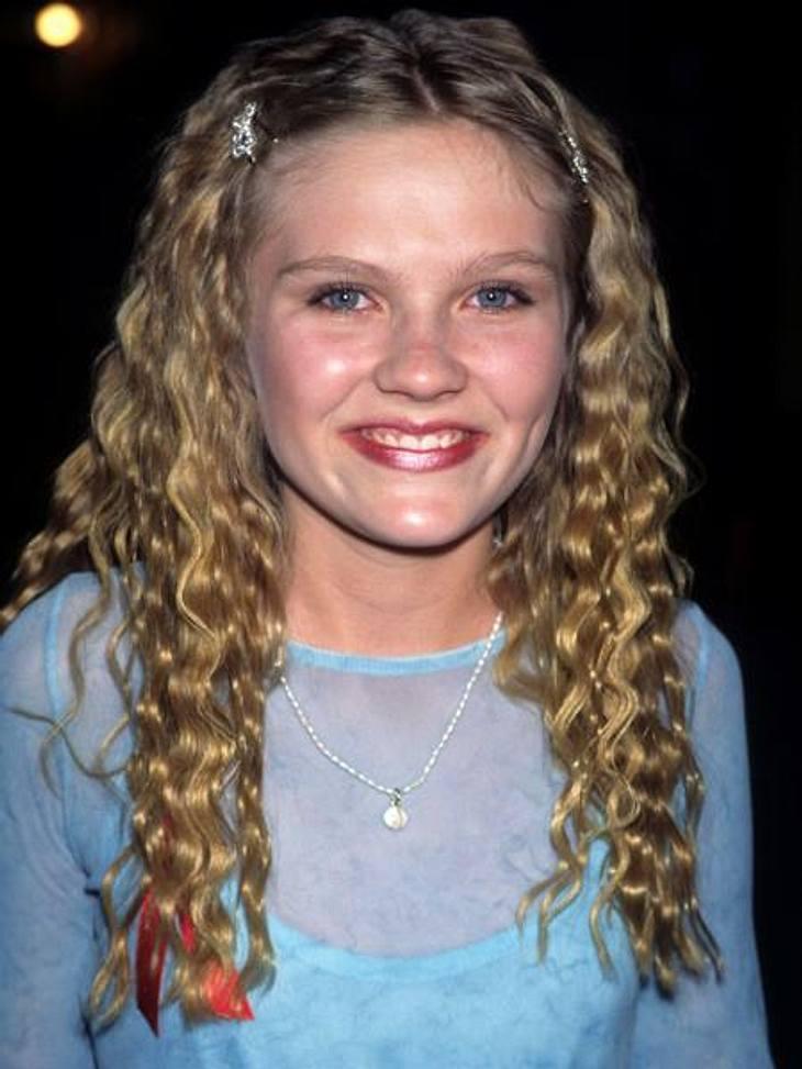 """Vom Kinderstar zum Sex-SymbolDieser süße Lockenkopf kommt uns doch irgendwie bekannt vor... Mit genau dieser Frisur landete die damals 11-Jährige ihren ersten großen Kinohit im Film """"Interview mit einem Vampir"""" (1994)."""