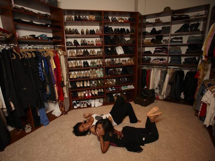 """Mel B. (37) & Phoenix Chi (14)""""Was eine Frau unbedingt in ihrem Schrank haben sollte? Ein tolles Paar jeans!"""", findet Mel.B.Die Sängerin und ihre Tochter lieben es, sich für besondere Anlässe aufzustylen. Phoenix gibt dabei of"""