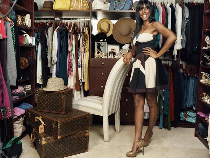 """Kelly Rowland (32)""""Als ich meine Solokarriere startete, entdeckte ich die Business-Frau in mir"""", sagt die Sängerin. In ihrer Garderobe bunkert sie also viele Outfits in gedeckten Farben - sowie ihr heißgeliebtes Louis Vuitton Koff"""