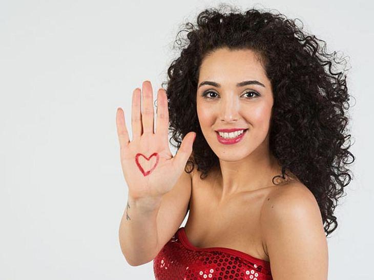 Joleen zeigt Herz am Valentinstag.
