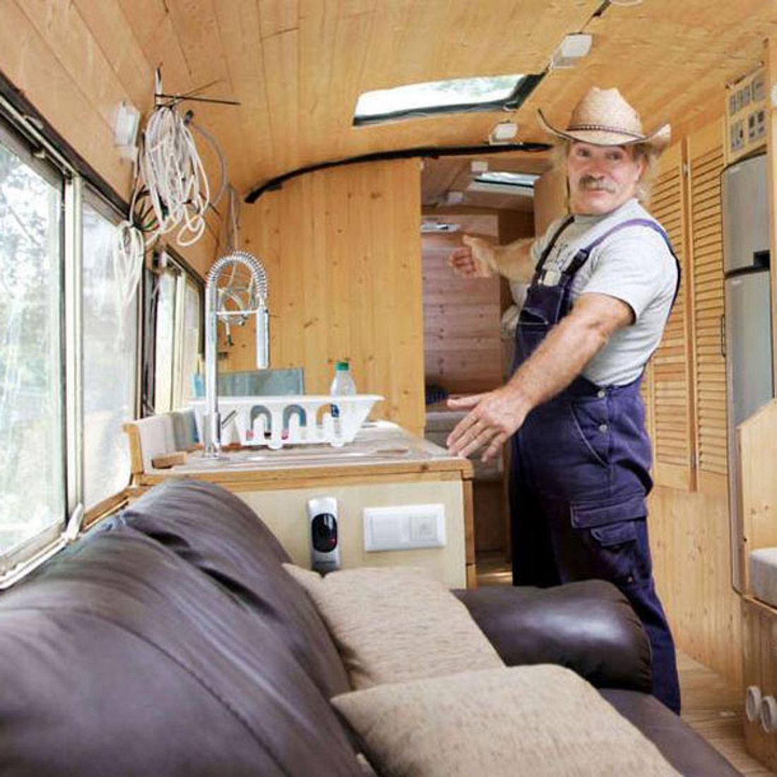Konny Reimann im ausgebauten Bus