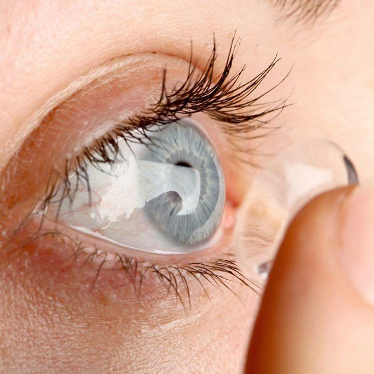 Frau setzt Kontaktlinsen ein - danach fallen ihr die Haare aus!