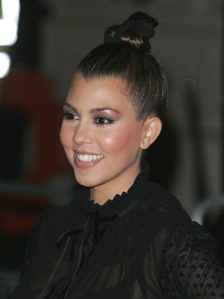 Hochsteckfrisuren der StarsDer Trend unter den Stars: Der Ballerina-Dutt. Auch Kourteney Kardashian ist ein Fan.So geht's: Für Griffigkeit etwas Wachs in den Haaren verteilen. Schopf zu einem hohen Zopf zusammennehmen, zum Beispiel mit eine