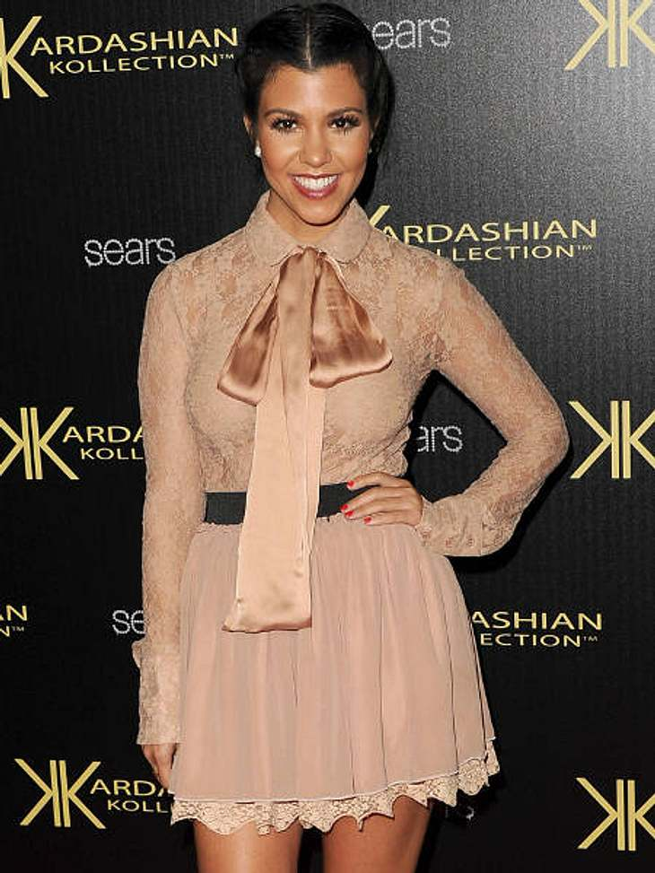 Star-Trend: SchleifeKourtney Kardashian vereint gleich drei Trends: Schleife, Bubikragen und Spitze.
