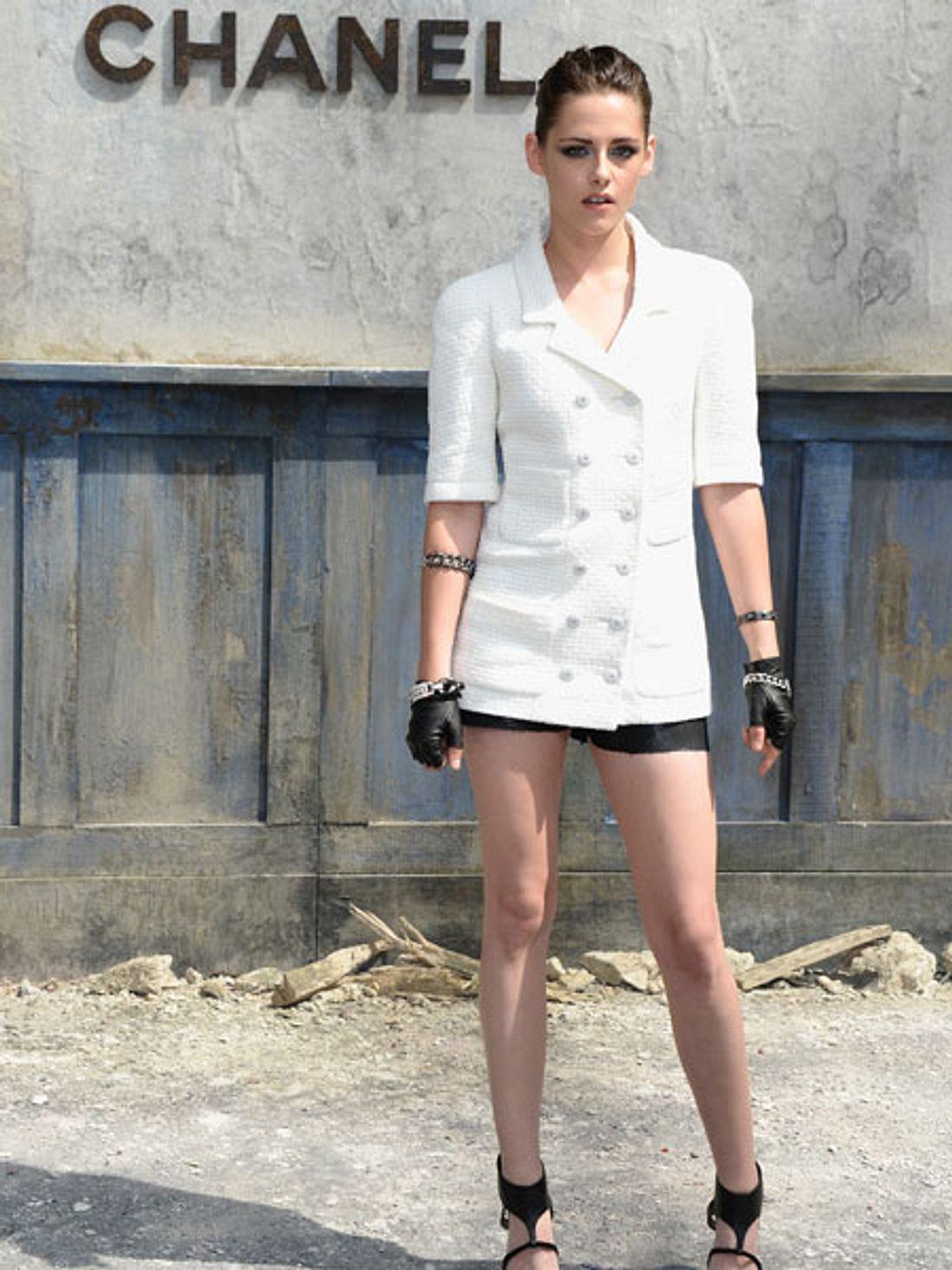 Kristen Stewart im beinfreien Outfit auf der fashion Week in Paris.