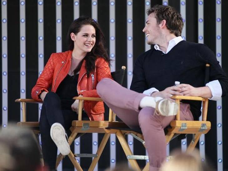 Das neue Image der Kristen StewartUnglaublich: Bei einer Pressekonferenz mit Sam Claflin (25) wirkte Kristen Stewart gelöst und fröhlich. Und wer genau hinschaute, konnte erkennen: Sie flirtete sogar ein bisschen mit ihrem Schauspieler-Koll