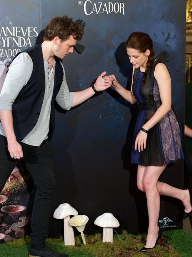 """Das neue Image der Kristen StewartAuch beim Fototermin für die """"Show White And The Huntsman""""-Premiere in Madrid knisterte es ordentlich zwischen Kristen Stewart und Sam Claflin. Vorsichtiges Händchenhalten und Posing-Action zwisch"""