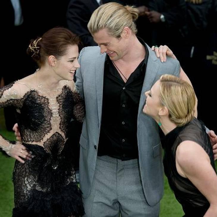 """Das neue Image der Kristen StewartSo sieht Spaß bei der Arbeit aus: Kristen Stewart alberte mit ihren Kollegen Chris Hemsworth und Charlize Theron (36) herum, als sie """"Show White And The Huntsman"""" in London vorstellten. Davon, das"""