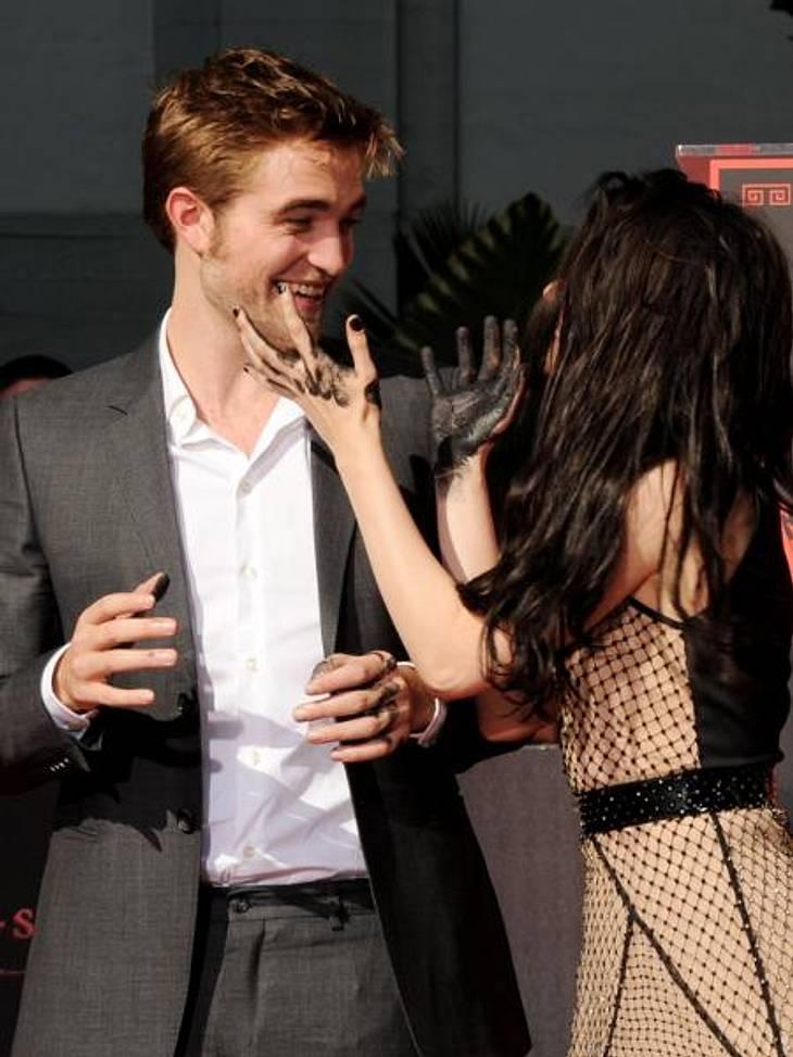 Das neue Image der Kristen StewartAber der profitiert wohl sogar am meisten von der neuen guten Laune seiner Freundin. Als die beiden ihre Handabdrücke vor Grauman's Chinese Theatre in L.A. in Beton verewigten, attackierte sie Robert im Spa