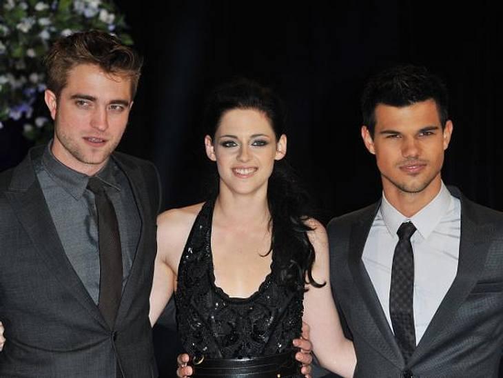 """Das neue Image der Kristen StewartIhre beiden """"Twilight""""-Darsteller sind offenbar auch noch etwas verwundert darüber, dass sich ihre Kollegin neuerdings nur noch breit grinsend vor den Kameras zeigt."""