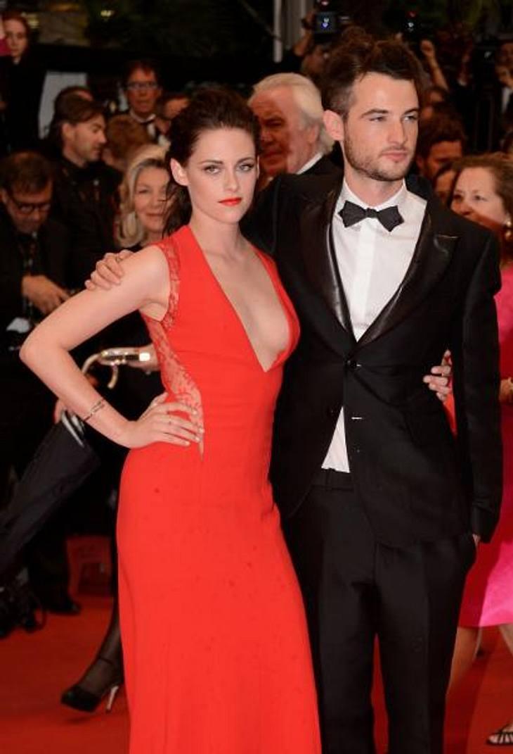 """Das neue Image vob Kristen StewartUnd auch hier wieder ein attraktiver Mann an ihrer Seite, der nicht Robert Pattinson heißt: Schauspiel-Kollege Tom Sturridge (26) begleitete die """"Twilight""""-Aktrice über den roten Teppich und versu"""