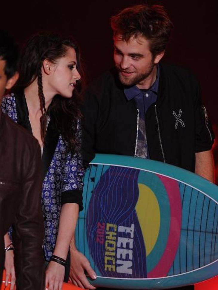 Kristen Stewart & Robert Pattinson: Ihr verrücktes JahrJuli: Bei den Teen Choice Awards stehen die beiden zum vorerst letzten Mal gemeinsam auf der Bühne. Schon damals wirken die beiden nachdenklich und verhalten. Kurz darauf platzt die