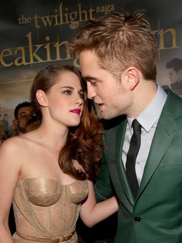 """Kristen Stewart & Robert Pattinson: Ihr verrücktes JahrNovember: Das Rampenlicht hat sie wieder! Bei der Premiere von """"Breaking Dawn 2"""" posierten Kristen und Robert für die Kameras, als wäre nichts gewesen. Sie lächeln, wirken"""