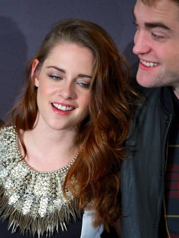Kristen Stewart & Robert Pattinson: Ihr verrücktes JahrMai: Bisher hatten Kristen und Robert noch nie öffentlich über ihre Liebe gesprochen. Im Mai werfen sie jedoch alle Vorsicht über Bord und küssen sich vor den Augen der Paparazzi in