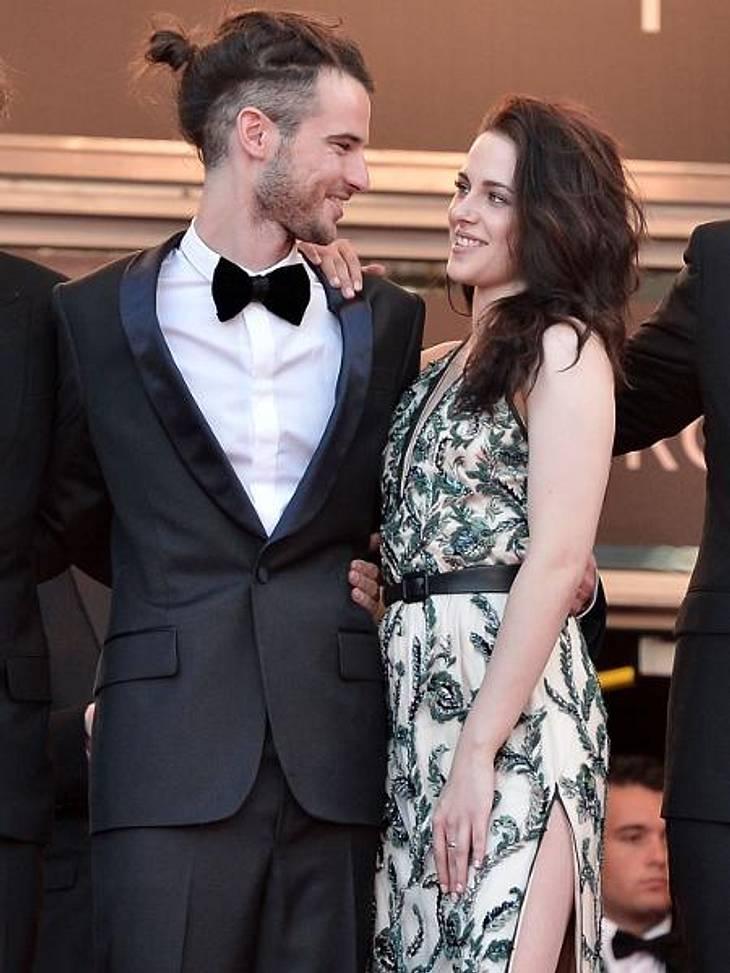 Das neue Image der Kristen StewartKomm doch mal näher! Schmachtende Blicke hatte Kristen Stewart auch für Schauspieler Sam Riley übrig. Die Schauspielerin scheint derzeit wirklich gerne mit dem Feuer zu spielen. Was wohl ihr Robert Pattinso