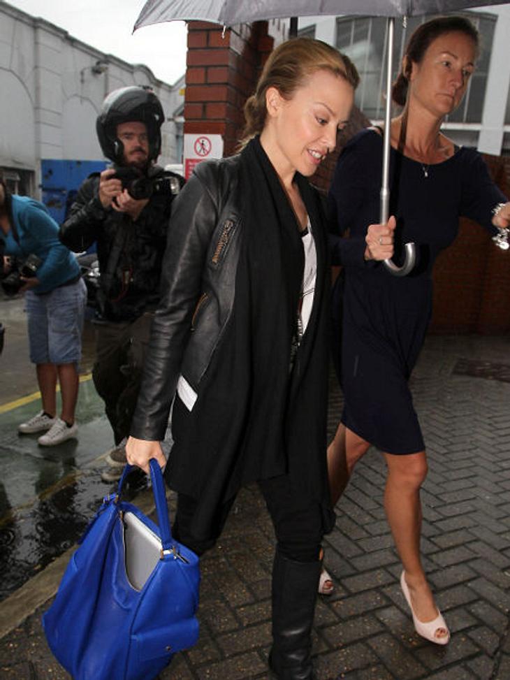 Stars und ihre Regenschirm-Halter... sie nimmt diesen Service relativ häufig in Anspruch.