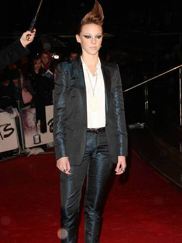 Boyfriend-Style: Ladys im AnzugSängerin  La Roux in einem glänzenden Anzug und weißer Bluse.